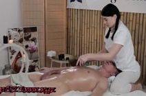 Safada massagista mulheres peladas faz sexo com seu cliente