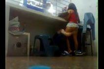 Sexo escondido embaixo do balcão no trabalho