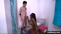 Coroa realizando sonho de sexo interracial com novinho