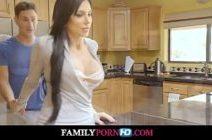 Samba porno garoto e sua madrasta na cozinha