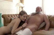 Porno incesto com avô e neta transando no sofá